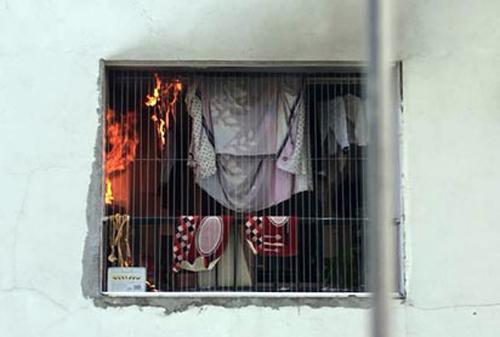 Đám cháy phát ra từ ban công của căn hộ. Ảnh: Sơn Minh
