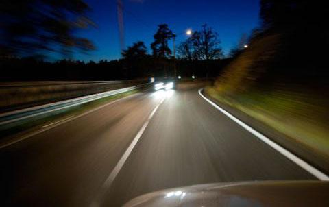 Hạn chế nhìn trực tiếp vào đèn pha xe đối diện.