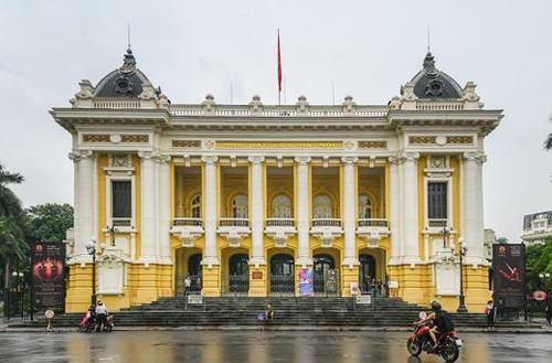 Nhà hát lớn Hà Nội nằm trên quản trường Cách mạng tháng Tám,đầu phố Tràng Tiền. Ảnh: Kiều Dương
