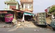 Xe tải đâm sập ba nhà dân ven quốc lộ 10