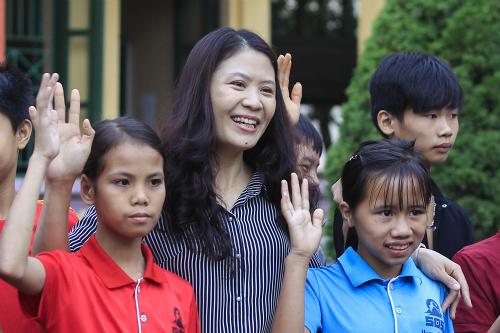 Cô Ái Vân bên các học sinh đặc biệt của mình. Ảnh: Dương Tâm