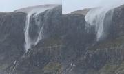 Gió bão khiến thác nước chảy ngược lên trời