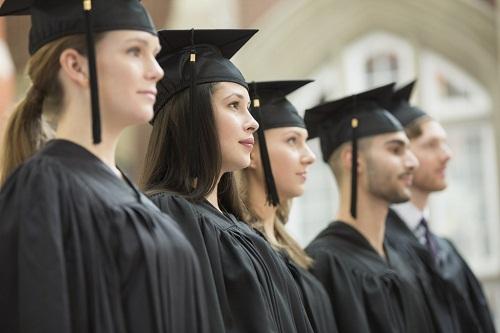 Tấm bằng đại học giúp bạn kiếm được lương cao ở Mỹ. Ảnh: PBS