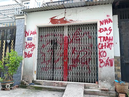 Nhà cô giáo Hiếu bị khủng bố bằng sơn. Ảnh: Sơn Hoà.