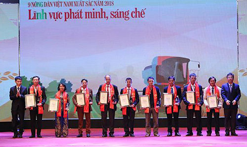Ban tổ chức trao chứng nhận cho 9 nông dân xuất sắc nhóm phát minh, sáng chế. Ảnh: AT.