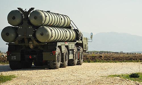 Xe chở tên lửa thuộc tổ hợp S-400 tại căn cứ không quân Hmeymim của Nga tại Syria. Ảnh: RIA Novosti.