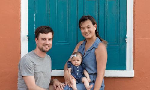 Harper và bố mẹ trong chuyến dừng chân ở New Orleans. Ảnh: CNN.