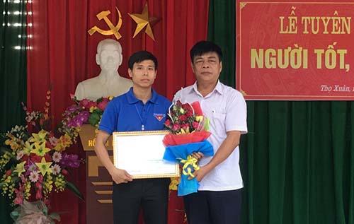 Trưởng phòng Giáo dục và Đào tạo huyện Thọ Xuân Lê Huy Nhị trao bằng khen của Chủ tịch UBND huyện cho thầy Thiện trong buổi lễ tuyên dương ngày 15/10. Ảnh: Huyện đoàn Thọ Xuân.