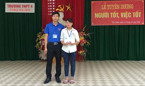 Thầy Thiện dành tất cả phần thưởng trao lại cho nữ sinh Hoàng Thị Oanh. Ảnh: Huyện đoàn Thọ Xuân.