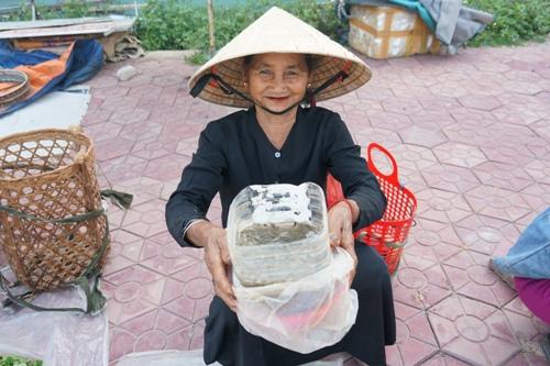 Bà Tể, bán nòng nọc ở cầu sông Liên. Ảnh: Phạm Linh.