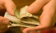 Người phụ nữ bị cướp tập tiền khi đang đếm ở trong ngõ