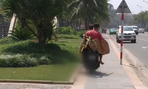 Cảnh sát gặp khó với khách Tây chạy xe máy không bằng lái