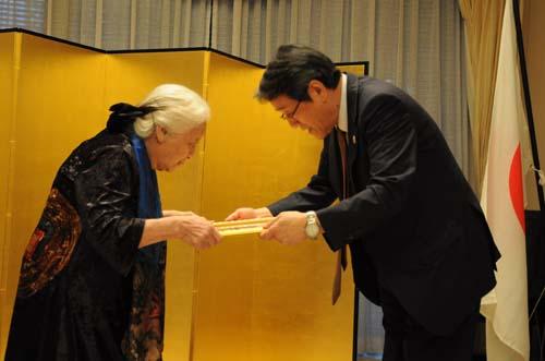 Đại sứ Nhật Bản trao bằng khen cho phu nhân giáo sư Phan Huy Lê. Ảnh: VT.