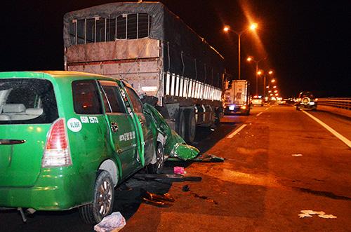 Hiện trường vụ tai nạn trên cầu Cần Thơ đêm 16/10. Ảnh: Hữu Đức