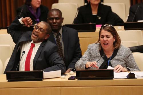 Các nhà ngoại giao Cuba la hét phản đối Mỹ tại cuộc họp ở trụ sở Liên Hợp Quốc, New York hôm 16/10. Ảnh: Reuters.