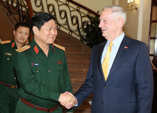 Bộ trưởng quốc phòng Việt Nam Ngô Xuân Lịch (trái) tiếp ông James Mattis, người cùng cấp phía Hoa Kỳ, tại TPHCM sáng 27/10. Ảnh: Phước Tuấn