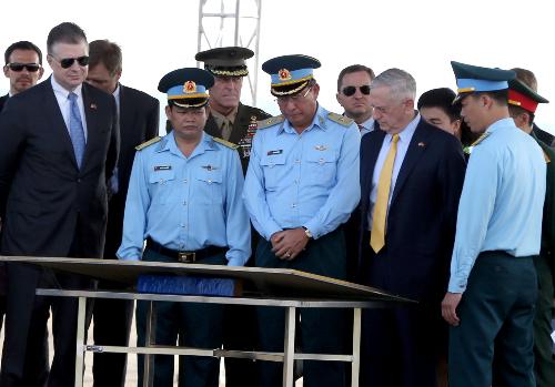 Bộ trưởng MỹJames Mattis, Thiếu tướng Bùi Anh Chung và các quan chức quân sự hai nước tham khảo bản đồ sân bay Biên Hoà sáng 17/10. Ảnh:Phước Tuấn.