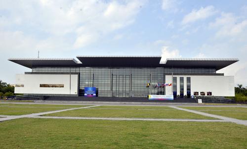 Nhà hát Vĩnh Phúc nằm trên quảng trường thành phố Vĩnh Yên (Vĩnh Phúc), cách trung tâm Hà Nội khoảng 50 km. Ảnh:Tất Định.