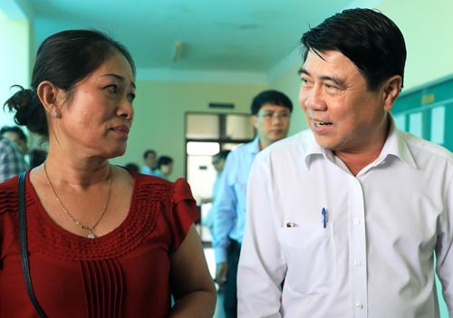 Ông Nguyễn Thành Phong và người dân sau buổi làm việc. Ảnh: Hữu Khoa.