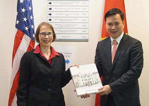 Thứ trưởng Bùi Thế Duy (bìa phải) tặng quà lưu niệmPhó Trợ lý Ngoại trưởng thường trực Judith Garber. Ảnh: HTQT.