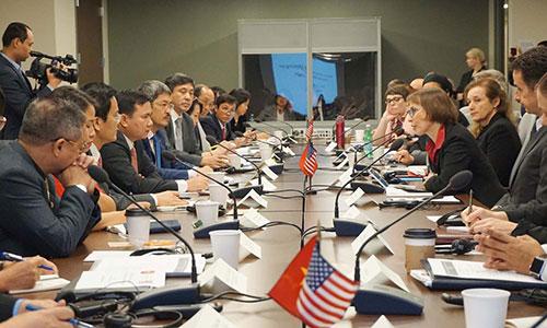 Đoàn công tác JCM của Việt Nam và Mỹ thảo luận tại phiên họp lần thứ 10. Ảnh: HTQT.