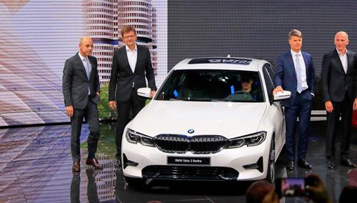 Các quan chức cấp cao của BMW trong lần ra mắtseries 3 thế hệ mới tại triển lãm Paris. Ảnh: Carscoops.