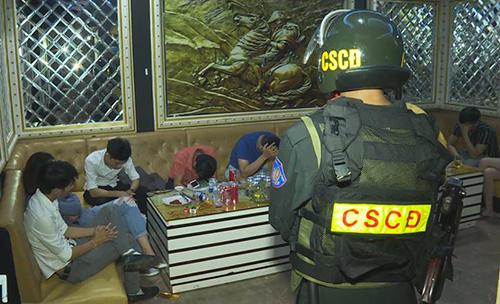 Số thanh niên bị phát hiện sử dụng ma túy trong quán karaoke. Ảnh: Quang Hưng.
