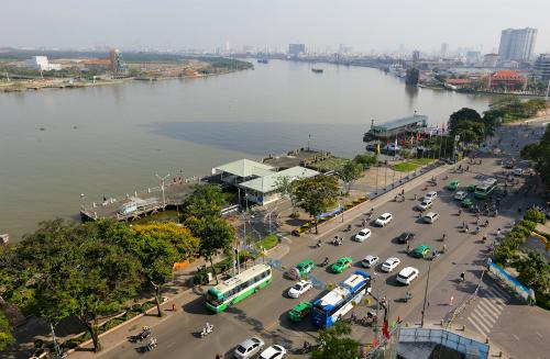 Công viên bến cảng Bạch Đằng (quận 1, TP HCM) nằm bên bờ Tây sông Sài Gòn đang ngày càng xuống cấp, hoang phế. Ảnh: Quỳnh Trần