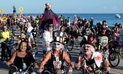 Hàng nghìn người Mỹ hóa trang thành thây ma đạp xe dọc bờ biển