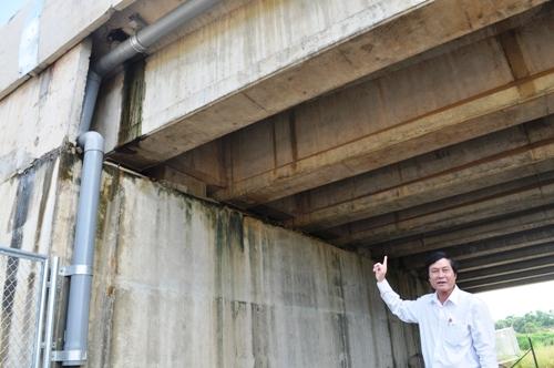 Ông Đoàn Hà Yên - Phó Chủ tịch huyện Bình Sơn (Quảng Ngãi) thị sát hiện trường cầu chui bị thấm nước. Ảnh: Phạm Linh.
