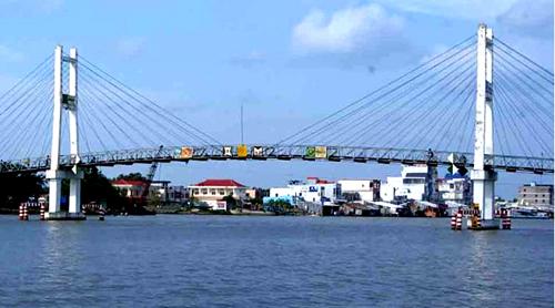 Người dân huyện Trần Văn Thời phản ứng việc chủ đầu tư được thu phí đến hết tuổi thọ cầu.Ảnh: Phúc Hưng.
