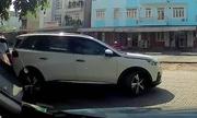Nữ tài xế lùi xe làm móp chiếc BMW đang đỗ rồi bỏ đi