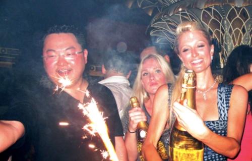 Jho Low (trái) và Paris Hilton (đứng bên cạnh) trong một bữa tiệc ở Pháp năm 2010. Ảnh: WENN.