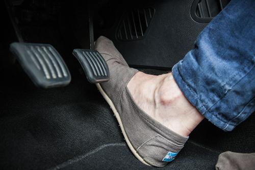 Mang giày đế phẳng giúp việc điều khiển phanh, ga chủ động hơn. Ảnh: Car Magazine.