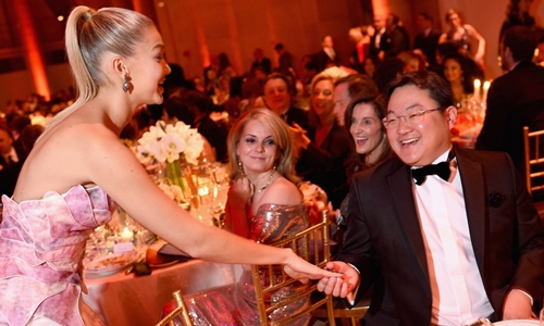 Jho Low (phải) nắm tay người mẫu Gigi Hadid tại bữa tiệc ở New York tháng 10/2014. Ảnh: Gabrielles Angel Foundation.