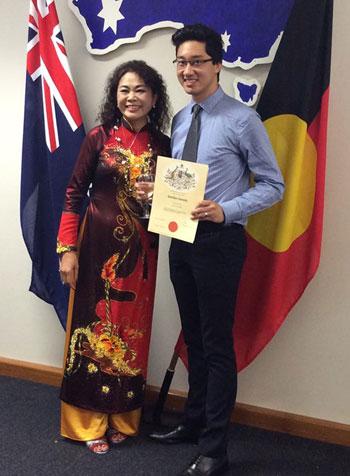 Nguyễn Việt Hùng cùng mẹ ruột trong ngày được công nhận trở thành công dân Australia ởtuổi 25. Ảnh: NVCC.