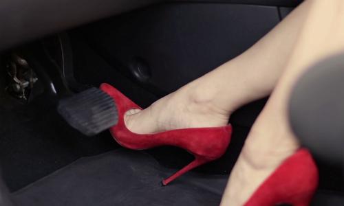 Thao tác với bàn đạp phanh, ga khi mang giày cao gót có thể mang lại nhiều rủi ro mất an toàn cho tài xế. Ảnh: Videoblocks.