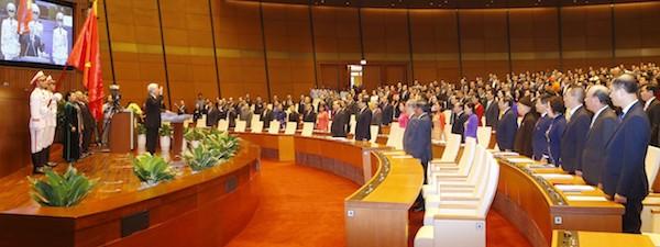 Các đại biểu đứng nghiêm trang khi Tổng bí thư, Chủ tịch nước Nguyễn Phú Trọng tuyên thệ. Ảnh: TTX