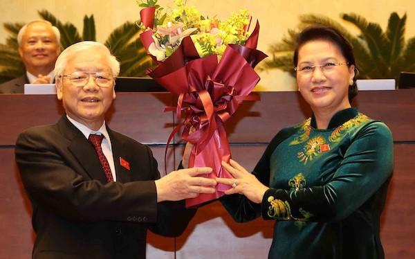 Chủ tịch Quốc hội Nguyễn Thị Kim Ngân tặng hoa chúc mừng Tổng bí thư, Chủ tịch nước Nguyễn Phú Trọng. Ảnh: TTX
