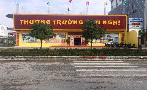 Cửa hàng Thương Trường Hữu Nghị, một trong những cửa hàng chuyên phục vụ khách Trung Quốc theo tour 0 đồng. Ảnh: Minh Cương