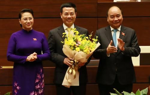 Chủ tịch Quốc hội Nguyễn Thị Kim Ngân và Thủ tướng Nguyễn Xuân Phúc chúc mừng ông Nguyễn Mạnh Hùng. Ảnh:Như Ý