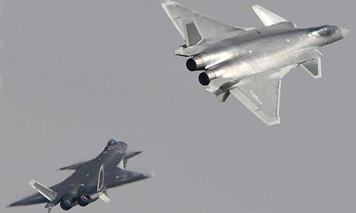 Cặp tiêm kích Chengdu J-20 biểu diễn. Ảnh: The Drive.