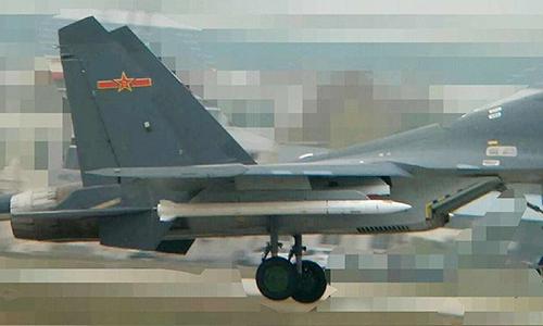 Tiêm kích Shenyang J-16 mang theo loại tên lửa chuyên diệt máy bay tiếp liệu và máy bay cảnh báo sớm. Ảnh: The Drive.