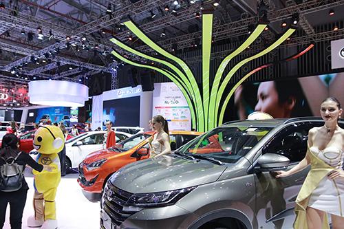 Gian hàng Toyota trẻ trung hơn hẳn mọi năm.