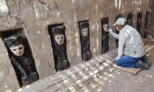 Loạt tượng thần bằng gỗ 800 năm tuổi ở Peru. Ảnh: Archaeology News.