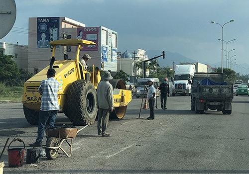 Mặt đường quốc lộ 1 qua Bình Định bị hư hỏng. Ảnh: VOV