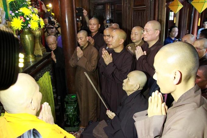 Phật tử đón thiền sư Thích Nhất Hạnh trở lại chùa Từ Hiếu