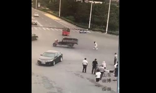 Tài xế xe ba bánh bị tông hai lần trong chưa đầy 2 phút