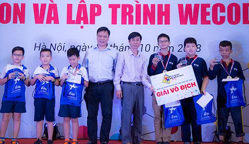 Ban tổ chức trao giải vô địch Robothon hạng sơ cấp và trungcấp. Ảnh: Loan Lê.