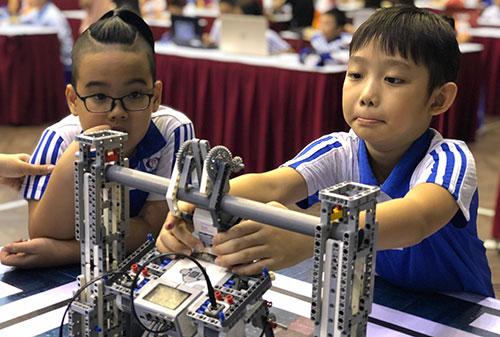Thí sinh tham gia cuộc thi Robothon ở mức độ sơ cấp. Ảnh: T. Hiền.